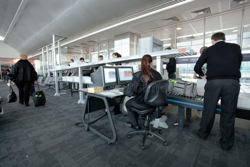 De veiligheidscontrole van de luchthaven bij poort royalty-vrije stock fotografie