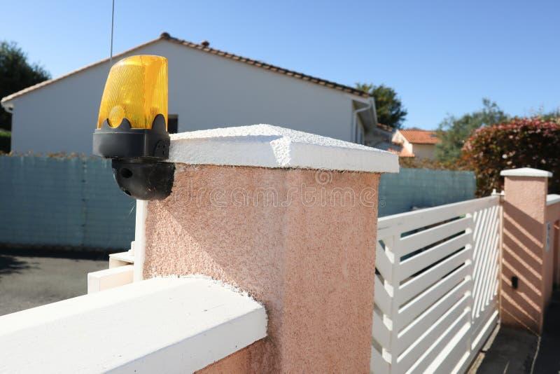 De veiligheidslichten worden gebruikt om een geavanceerde visuele waarschuwing van een elektrische poort in verrichting te geven stock foto's