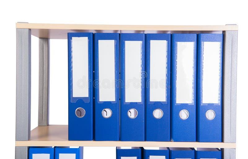 De vele bindmiddelenomslagen op de plank royalty-vrije stock afbeeldingen