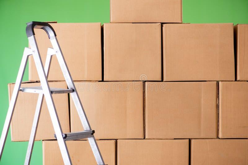 De vele dozen en de ladder in depot royalty-vrije stock fotografie