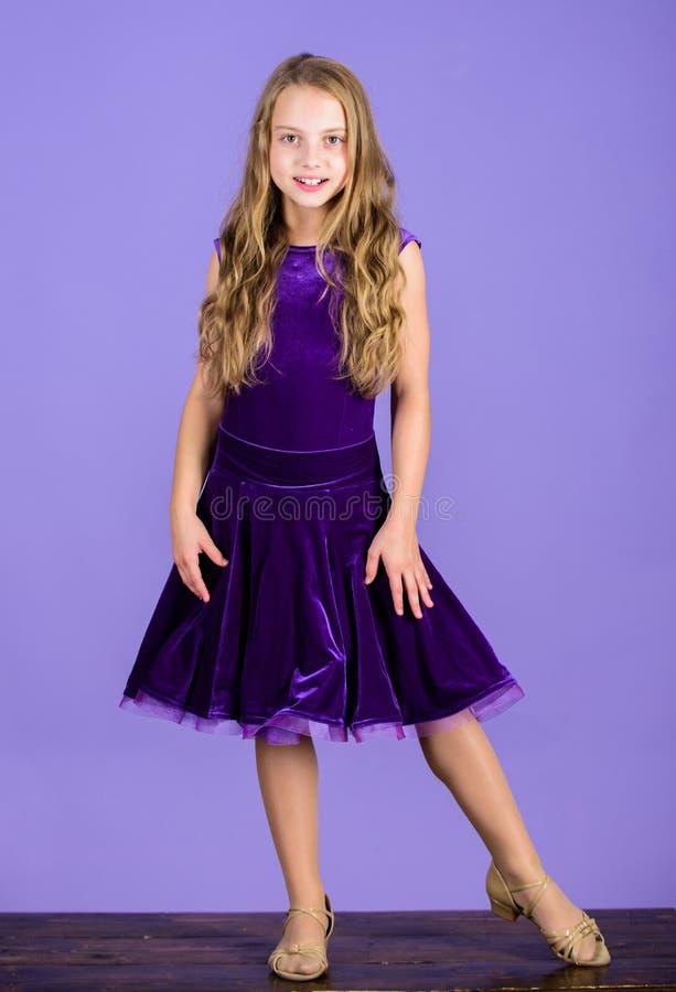 De veludo bonito do desgaste da criança da menina vestido violeta Roupa para a dança de salão de baile O vestido elegante da cria fotografia de stock royalty free