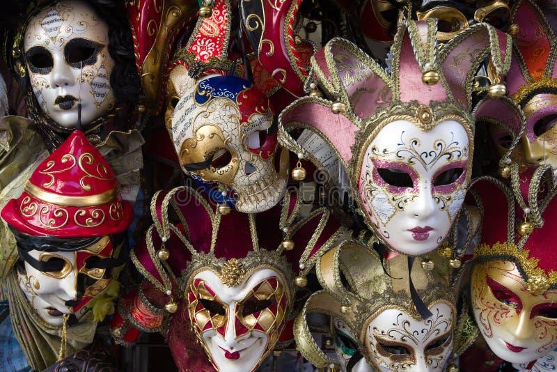 De Venetian maskeringarna för souvenir erbjöd till salu royaltyfria foton