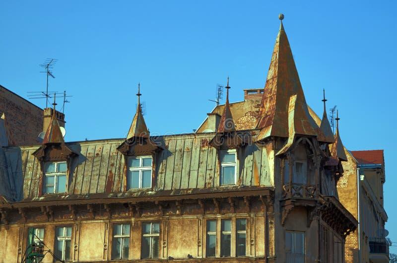 De vensters in de zolder van het gebouw royalty-vrije stock fotografie