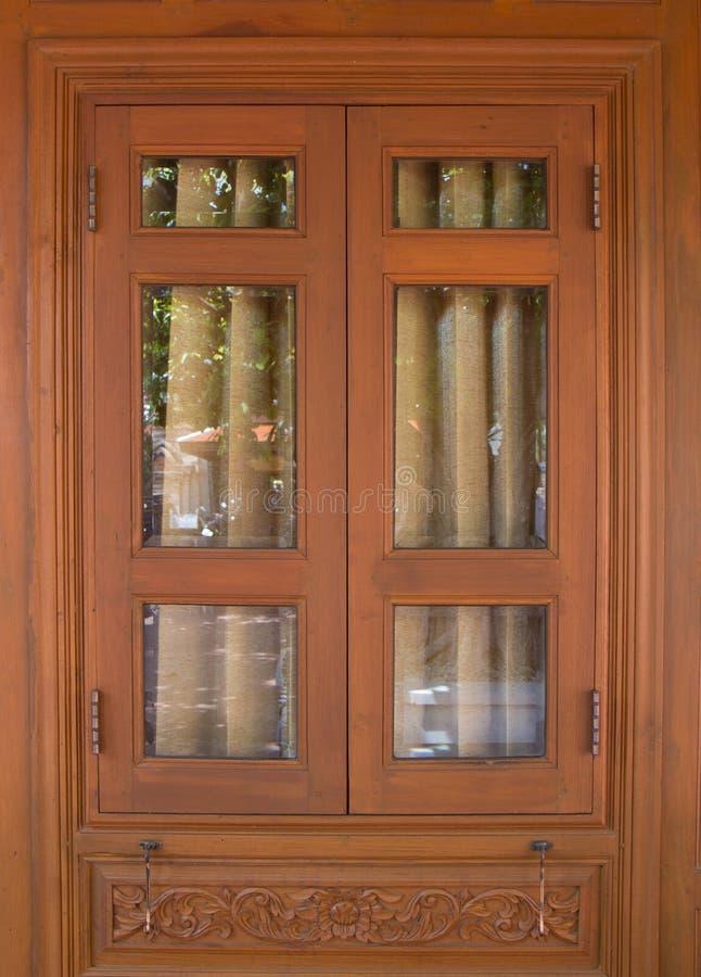 De vensters die in lokale kunststijl snijden royalty-vrije stock afbeelding