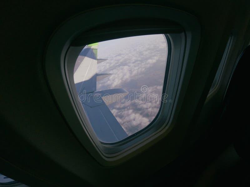 De vensters van Aiplanevliegtuigen bekijken op de vleugelvliegtuigen, luchtvaartlijnen, het vervoer van de luchtvaarthorizon royalty-vrije stock afbeeldingen