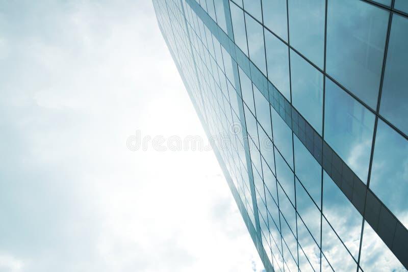 De vensters van de wolkenkrabber het nadenken stock foto