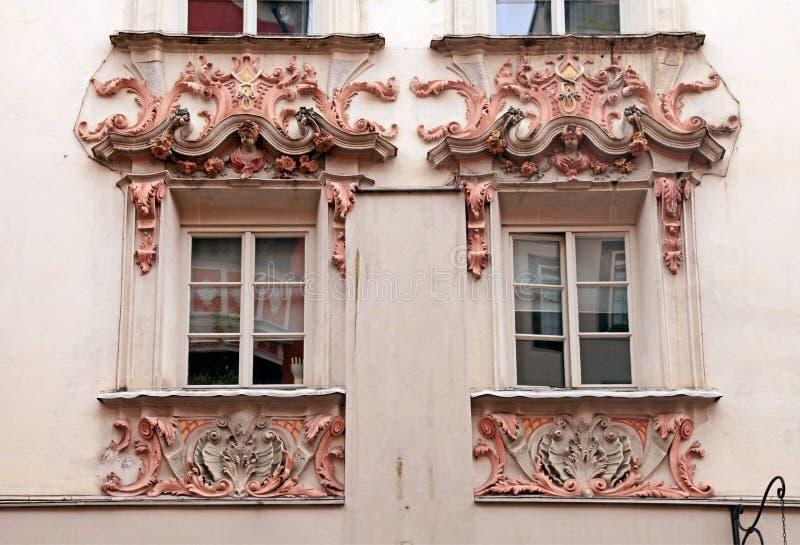 De vensters van Innsbruck, Oostenrijk, Tirol stock afbeeldingen