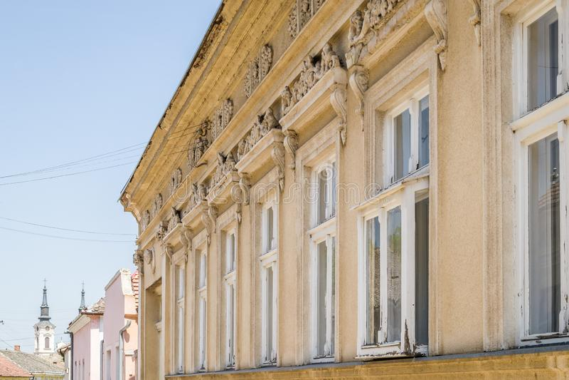 De vensters van de oude huizen in Sremski Karlovci, Servië stock afbeeldingen