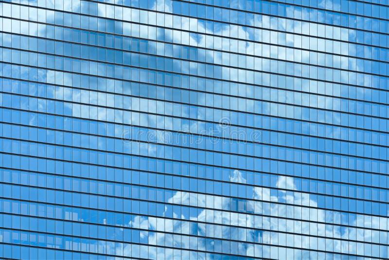 De vensters van de wolkenkrabber met wolkenbezinning royalty-vrije stock afbeelding