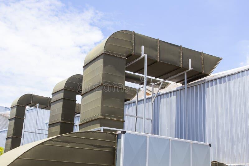 De ventilatiesysteem van de supermarkt groot lucht met inbegrip van grillpijp royalty-vrije stock foto's