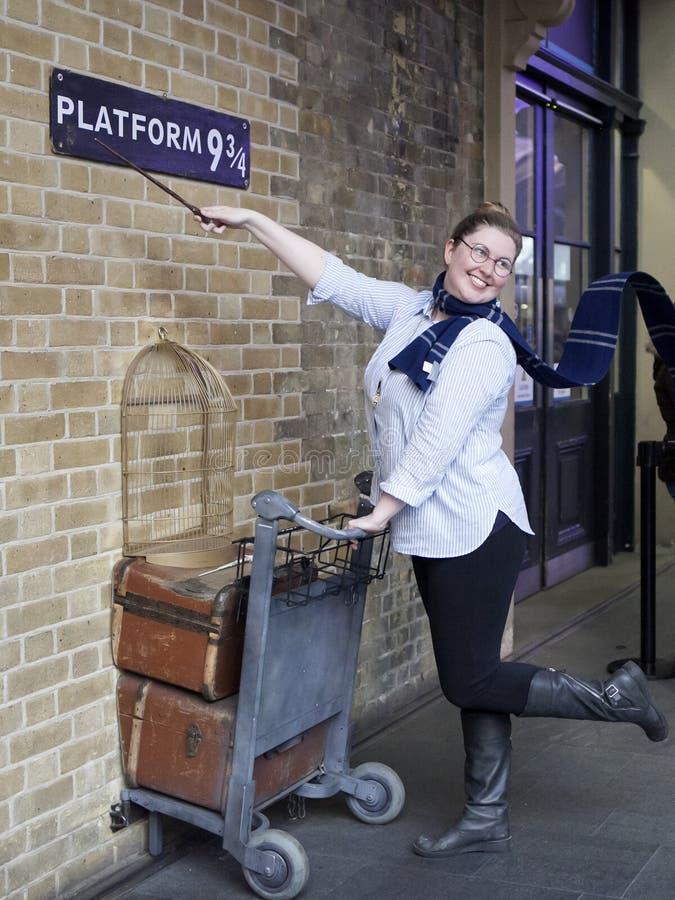 De ventilator van Harry Potter ontspant het duwen van een karretje naar platform negen drie - kwarten van de film royalty-vrije stock fotografie