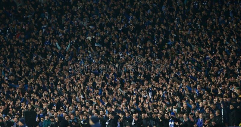 De ventilators die van dynamokyiv handen, de Ligaronde van UEFA Europa van 16 tweede beengelijke tussen Dynamo en Everton opsteke stock foto