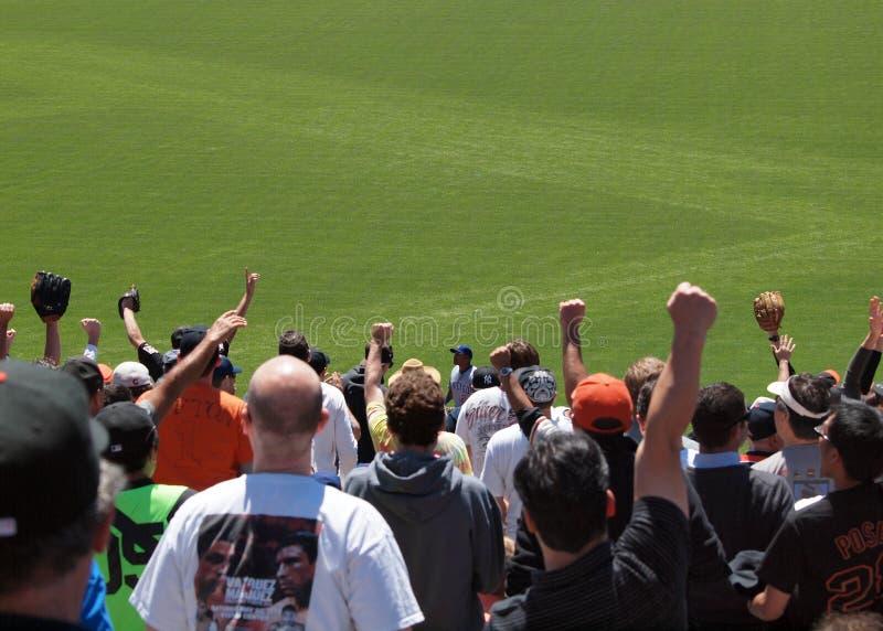 De Ventilators van reuzen heffen handen in de lucht op aan cheer royalty-vrije stock afbeelding