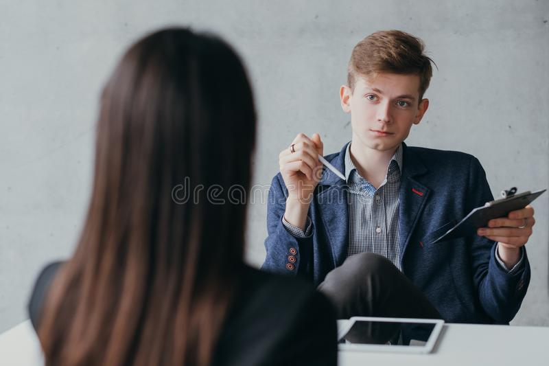 De verachtende jonge u manager van het baangesprek stock foto