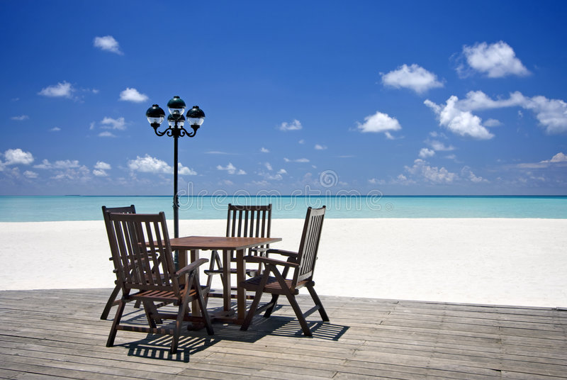 De veranda van het strand met lijst en stoelen royalty-vrije stock foto