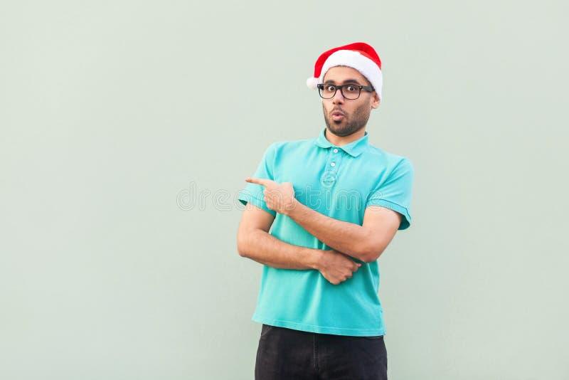 De verbaasde gebaarde mens in Kerstmiskop met baard shoked binnen punt royalty-vrije stock afbeelding