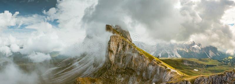 De verbazende bergen van het meningsdolomiet van Seceda over Odle Puez royalty-vrije stock afbeeldingen