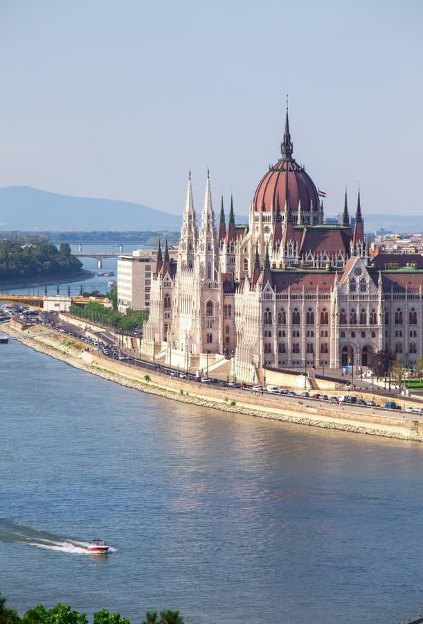 De verbazende bouw van het Parlement in Boedapest en schepen voor royalty-vrije stock afbeelding