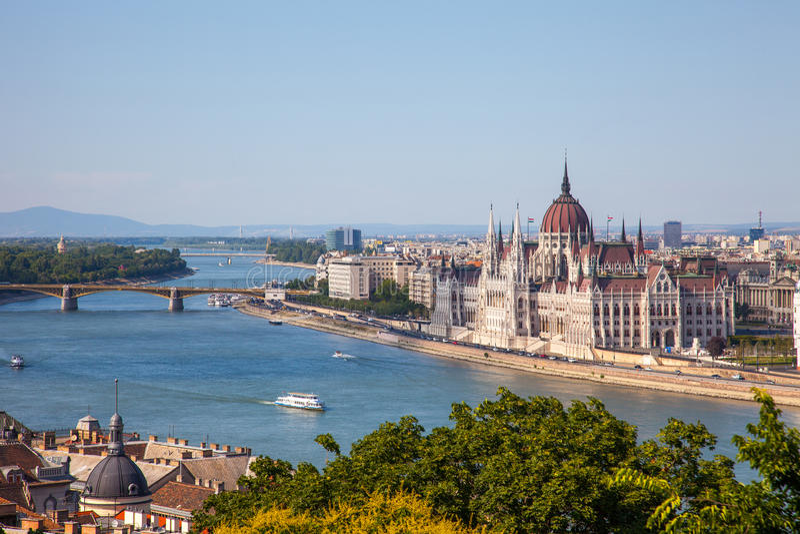 De verbazende bouw van het Parlement in Boedapest en schepen voor stock afbeeldingen