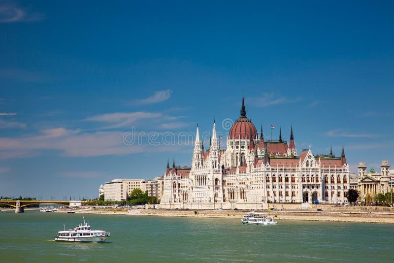 De verbazende bouw van het Parlement in Boedapest en schepen voor stock fotografie