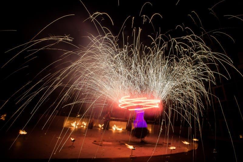 De verbazende brand toont dans Branddansers die in mooie kostuums met vlam spelen royalty-vrije stock afbeeldingen