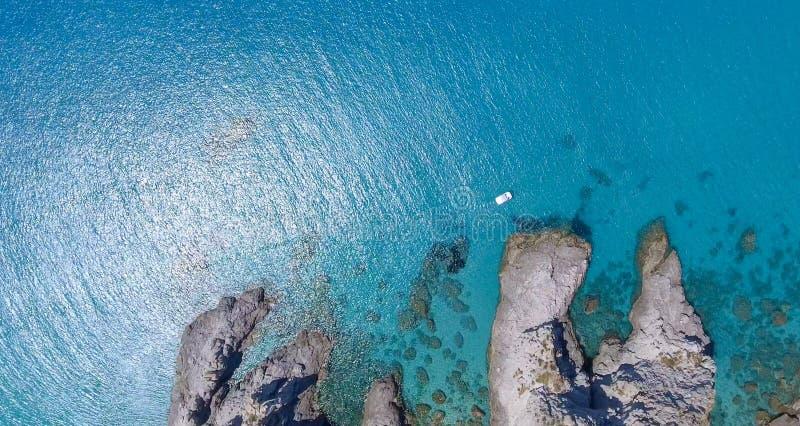 De verbazende luchtmening van rotsen over de oceaan, kustlijn en zet op stock afbeeldingen