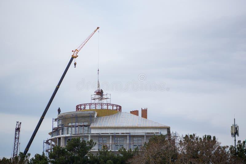 De verbazende mening van de bodemmening van de bouw in aanbouw met koepel en kraan met pijl royalty-vrije stock foto