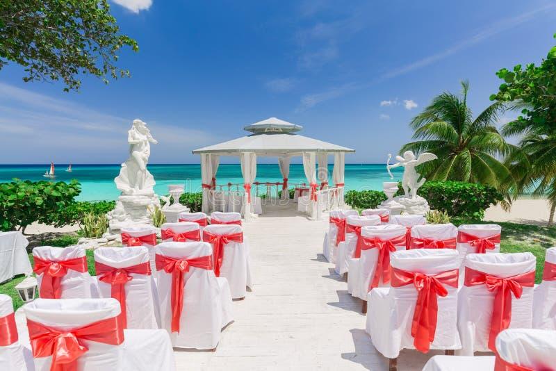 De verbazende mening van de gebeurtenis van de huwelijksceremonie verfraaide gazebo tegen blauwe hemel en oceaanachtergrond royalty-vrije stock foto