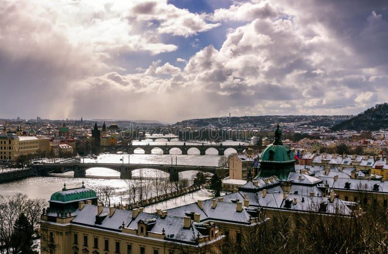 De verbazende torens van Charles overbruggen en oud stadsdistrict met verscheidene bruggen bij Vltava-rivier Praag, Tsjechische R stock afbeelding