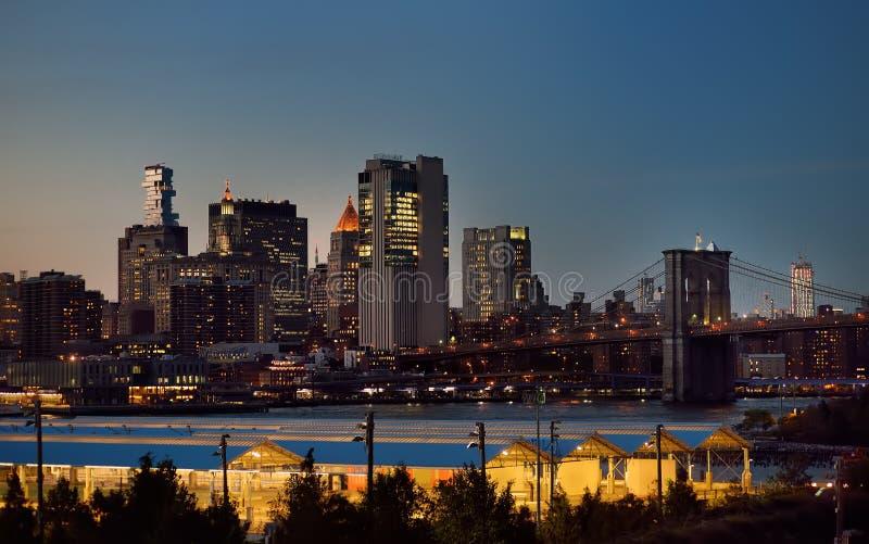 De verbazende van de Stadsmanhattan van New York mening van het de horizonpanorama over Hudson River bij schemer Teken, Bakstenen stock foto's