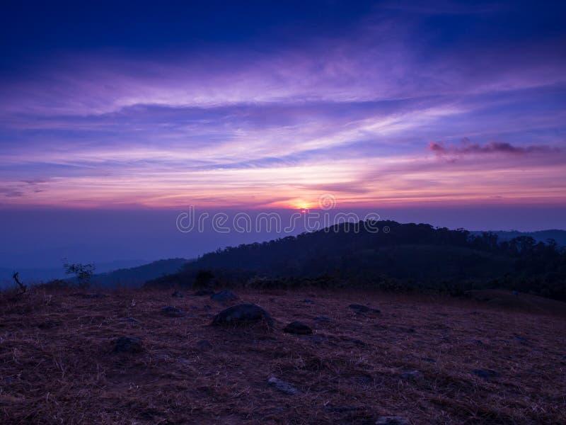 De verbergende zon achter de berg met kleurrijke hemel in Mon Jong royalty-vrije stock foto's
