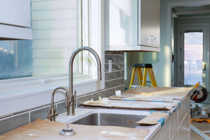 De Verbetering van de keukenkasteninstallatie remodelleert worm& x27; s mening in een nieuwe keuken wordt geïnstalleerd die stock afbeeldingen