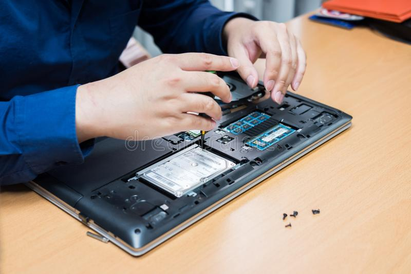 De verbeteringsdeel van de technicussteun en het bevestigen laptop selecteer nadruk, royalty-vrije stock afbeelding