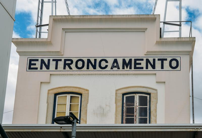 De verbinding van de Entroncamentospoorweg in het Santarem-district van Portugal Entroncamento betekent binnen letterlijk verbind stock afbeeldingen
