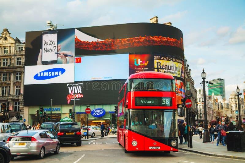 De verbinding van het Piccadillycircus overvol door mensen in Londen stock fotografie