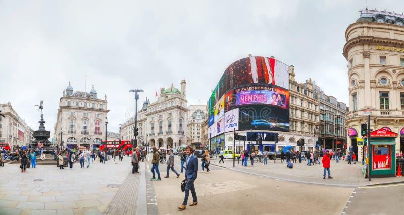 De verbinding van het Piccadillycircus overvol door mensen in Londen royalty-vrije stock fotografie