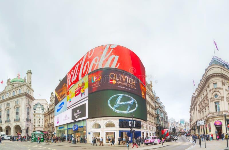 De verbinding van het Piccadillycircus overvol door mensen in Londen stock afbeelding