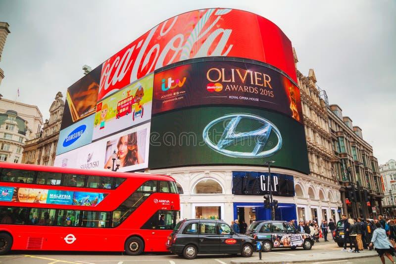 De verbinding van het Piccadillycircus overvol door mensen in Londen stock foto's