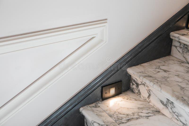 De Verbinding van Steenstappen met Ingebouwde Verlichting, Plinten en Witte Muren met het Vormen stock afbeeldingen