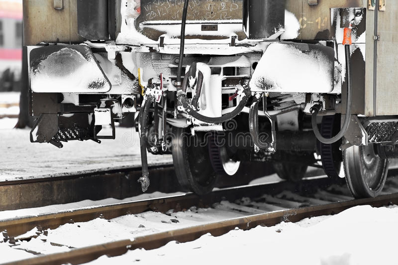 De verbindingen van de treinwagen in de wintertijd die worden bevroren stock afbeeldingen