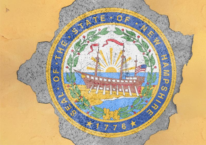 De verbindingsvlag van New Hampshire van de staat van de V.S. op concreet gat wordt geschilderd dat stock foto