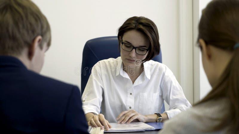 De verdachte u-manager leest de kandidaat hervat, betwijfelend over ervaring en kandidatuur Ontevreden recruiter voelt royalty-vrije stock foto