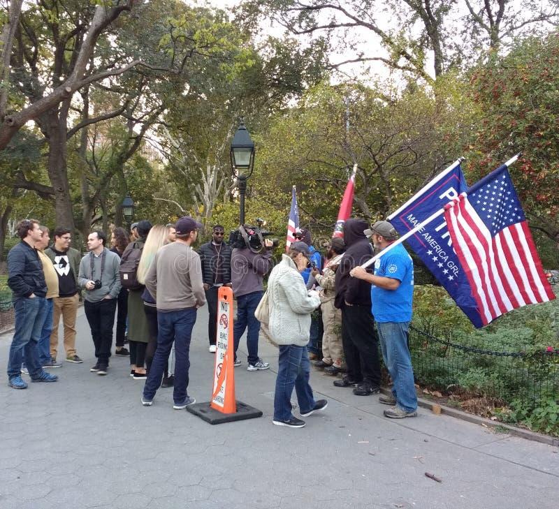 De Verdedigers van de de Gesprekkentroef van het uitzendingsnieuws, Washington Square Park, NYC, NY, de V.S. royalty-vrije stock foto's