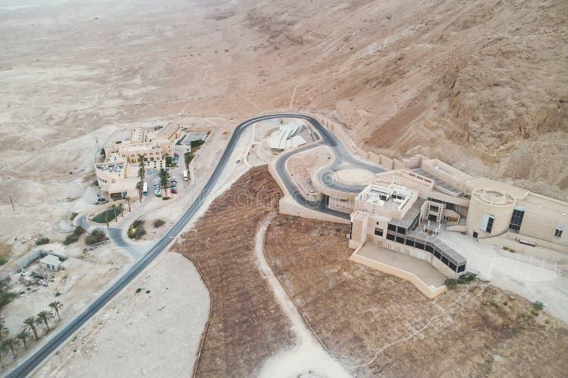 De verdraaide weg en het satellietbeeld van goed-geplande woonwijk bouwden de Judean-woestijn, Israël in De oase met modern royalty-vrije stock foto