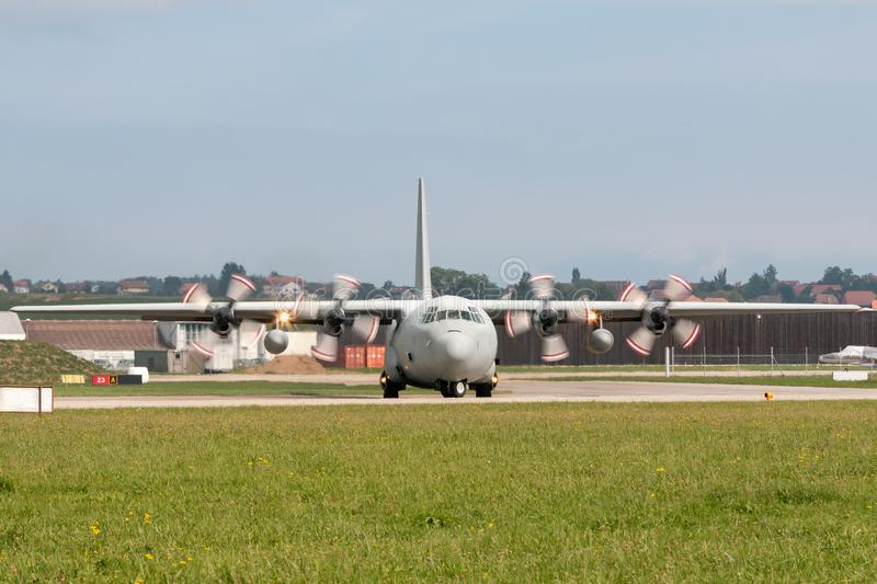 De verenigde Arabische Luchtmacht Lockheed van Emiraten c-130 militaire het vervoervliegtuigen van Hercules stock fotografie