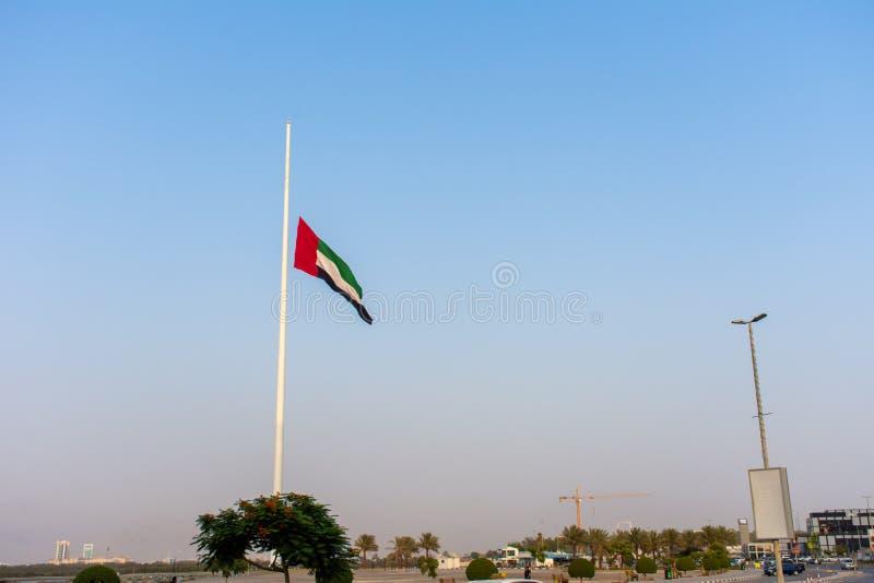 De verenigde Arabische Vlag van Emiraten vliegt bij halve mast toe te schrijven aan het rouwen na de dood van een heerser in de V royalty-vrije stock foto