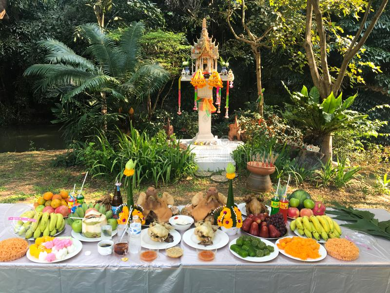 De vereringsceremonie van het geesthuis met voedselreeks royalty-vrije stock fotografie