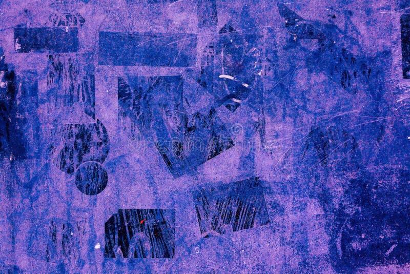 De verf van van achtergrond Wall Street van pleisterstickers het oude violette purpere roze blauwe patroon zwarte donkere duister stock foto