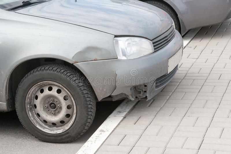 De verfomfaaide autovleugel na ongeval stock foto