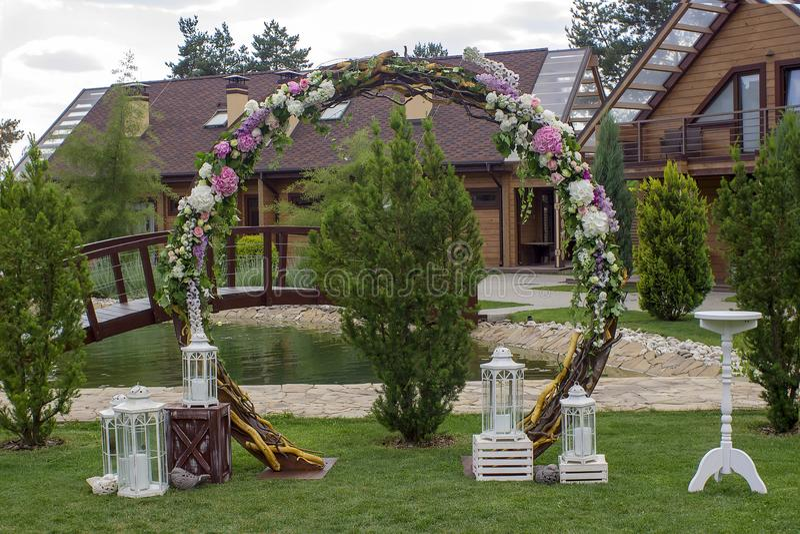 De verfraaide boog van de huwelijksceremonie Huwelijksplaats Liefde royalty-vrije stock afbeeldingen